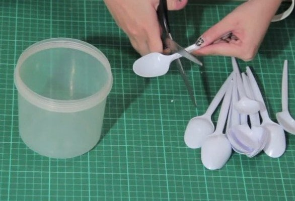 diy lamp from plastic spoons